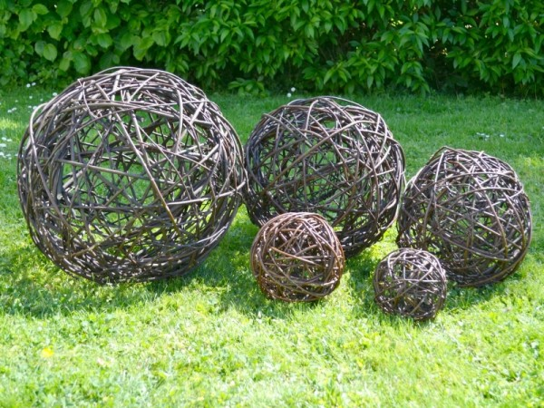 Weidenkugel aus geflochtenen Weidenzweigen - Weidenball Rasen Dekoration Garten