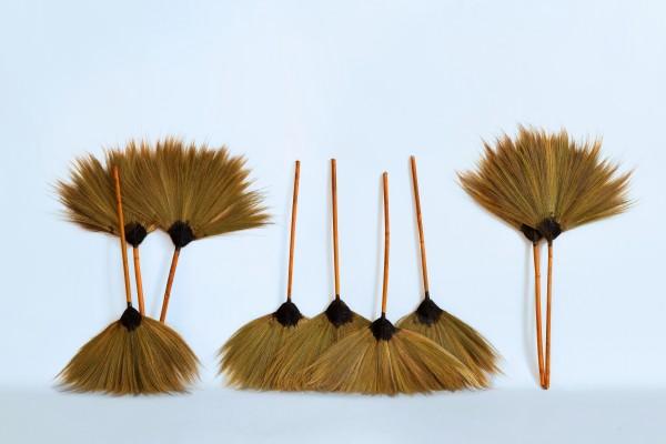 Kehrbesen aus Palmenfasern mit stabilen Bambusstiel